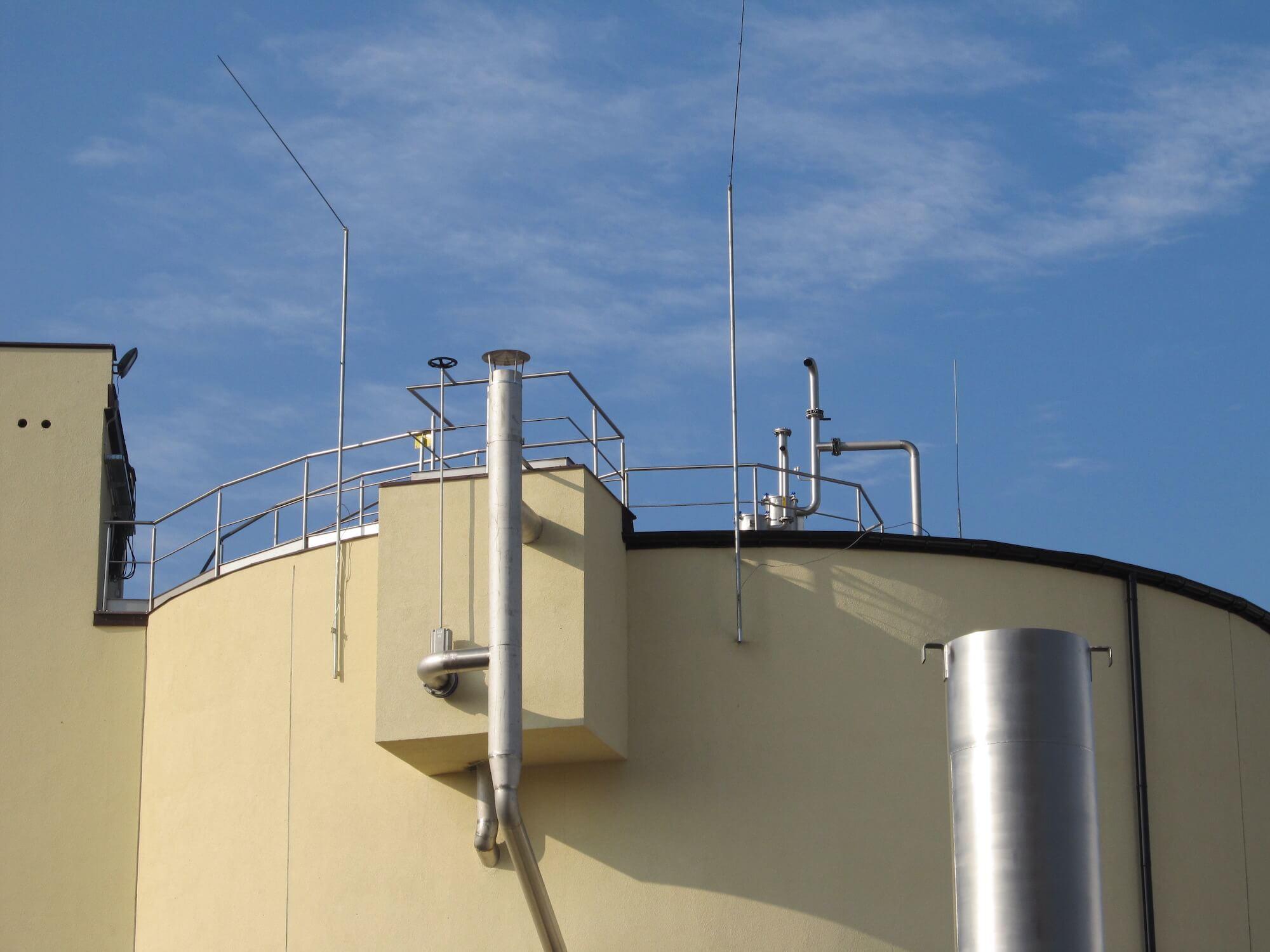 Maszty odgromowe skrzywione mocowane do zbiornika obiektu przemysłowego. Wygięcie iglicy zwiększa obszar chroniony nad strefą wybuchu. Produkt wykonany za zamówienie specjalne.