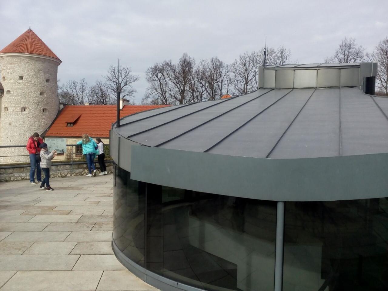 Maszt odgromowy izolowany z wysokonapięciowym przewodem odprowadzajacym mocowany do konstrukcji pawilonu na tarasie widokowym.