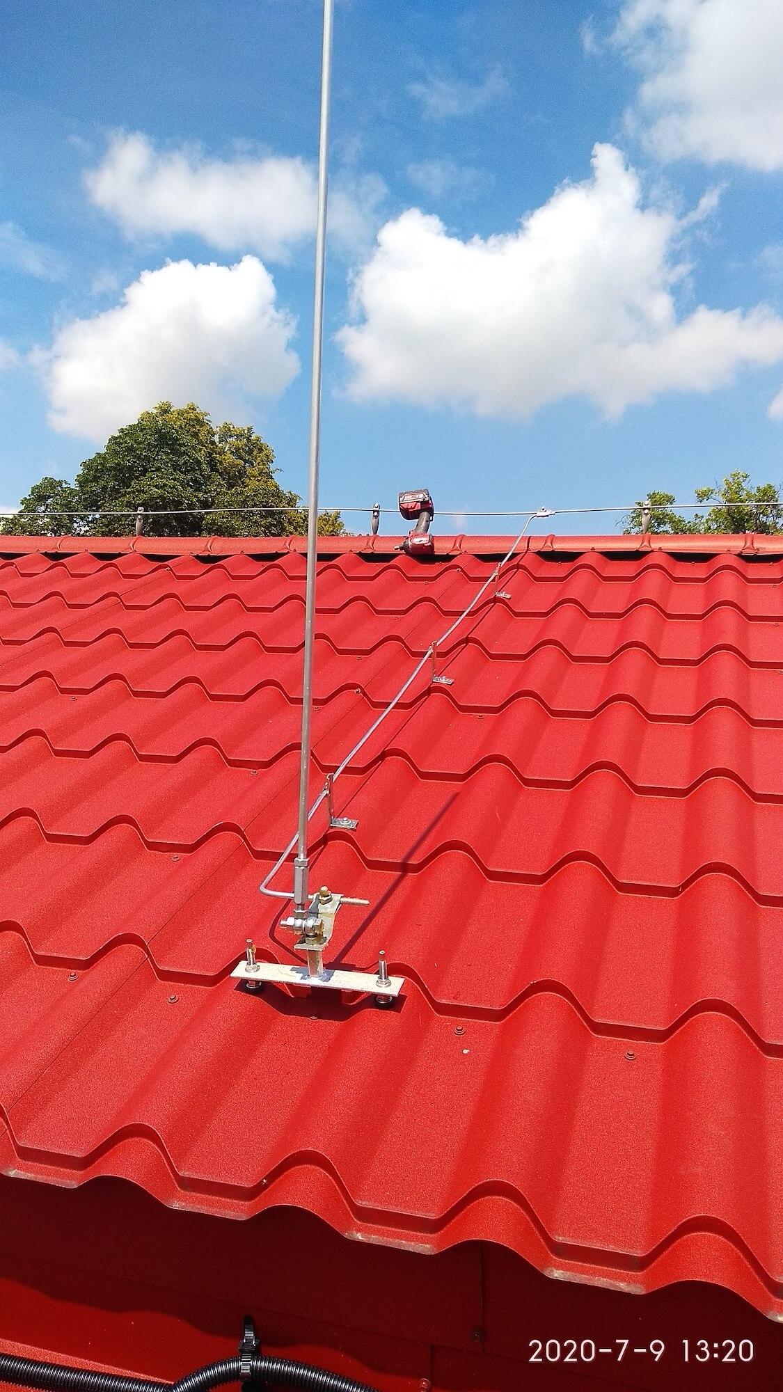 Iglica odgromowa z regulacją do pionowania względem nachylenia dachu przykręcana do konstrukcji połaci krytej blachodachówką. Drut FeZn prowadzony na uchwytach kątowych przykręcanych i uchwytach gąsiorowych.