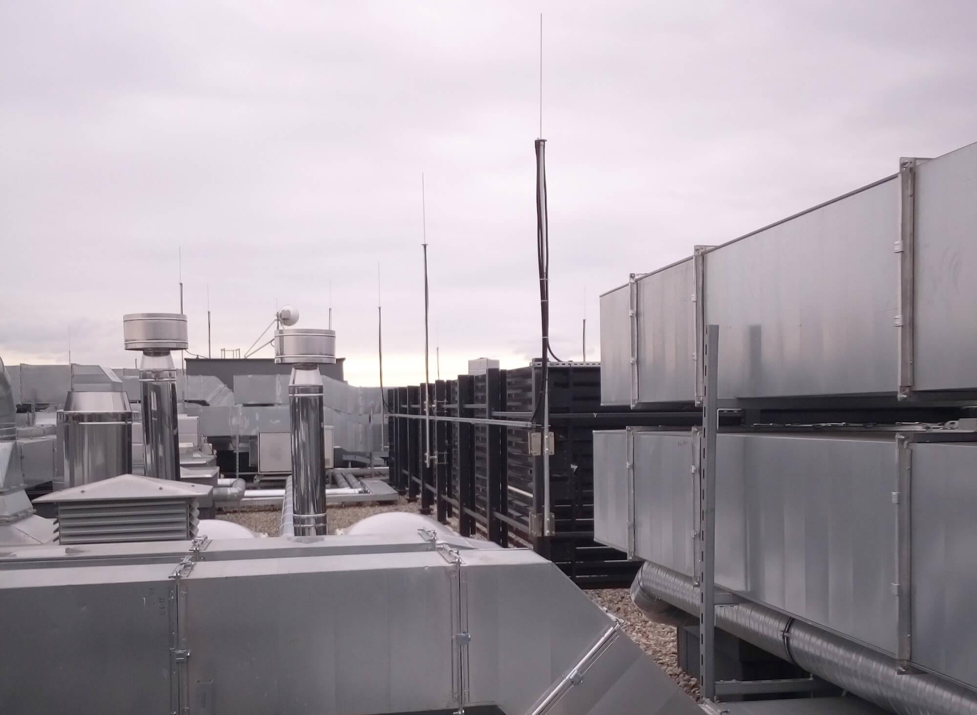 Maszty odgromowe izolowane z wysokonapięciowym przwodem odprowadzającym mocowane do konstrukcji ekranów ochronnych na dachu.