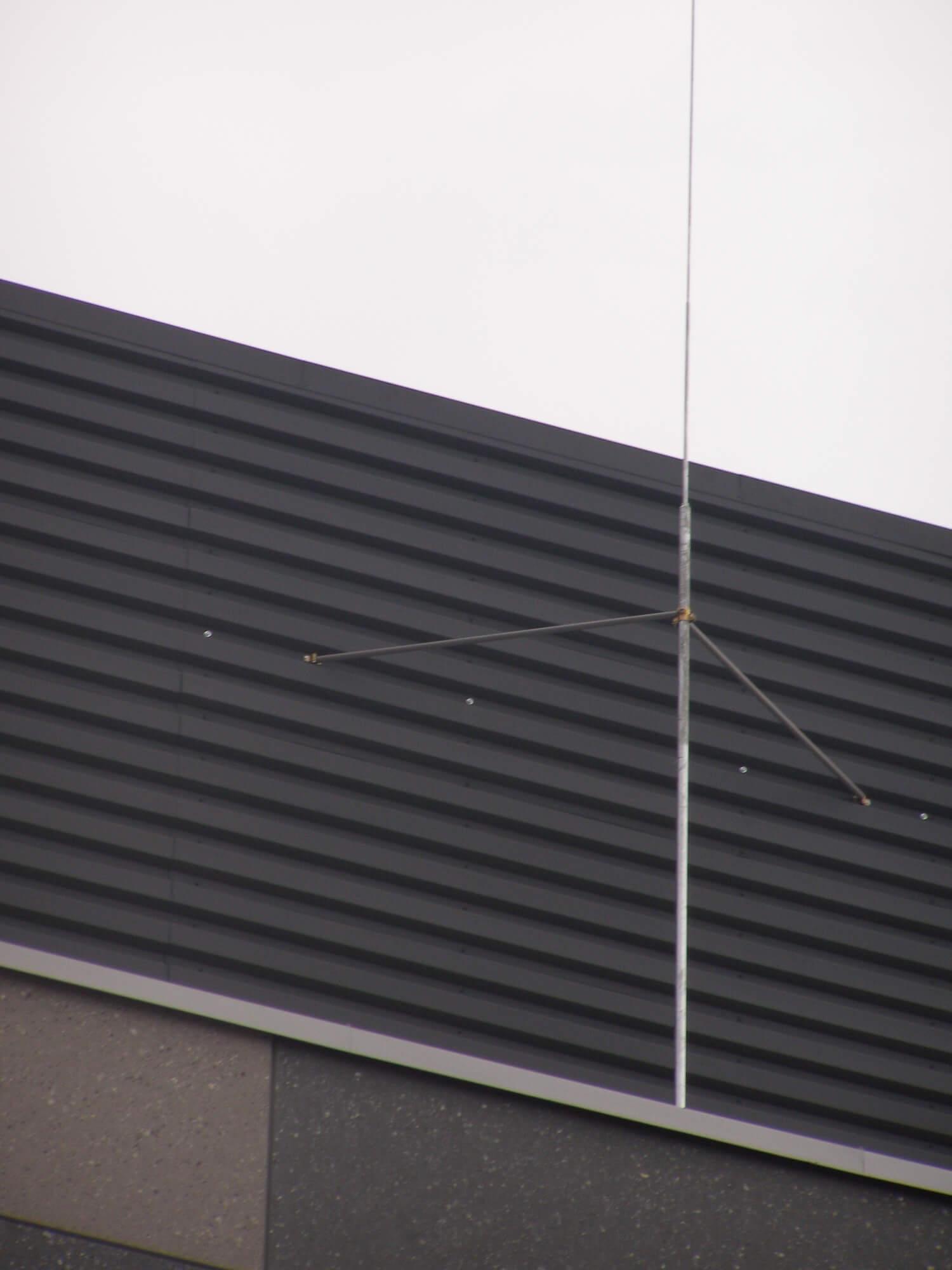Maszty odgromowe na podstawie betonowej trójnożnej mocowane do konstrukcji ekranów ochronnych za pomocą drążków izolowanych.